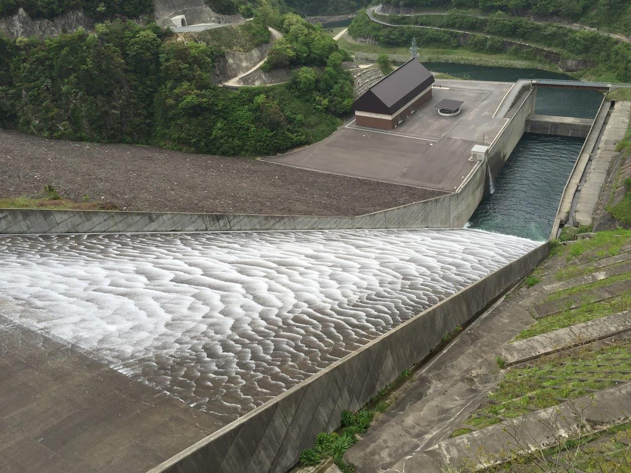 徳山ダムの観光放流